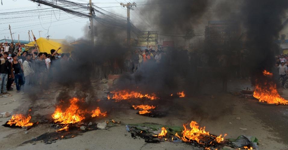 2.jan.2014 - Trabalhadores do segmento de vestuário do Camboja, protestam por melhorias salariais