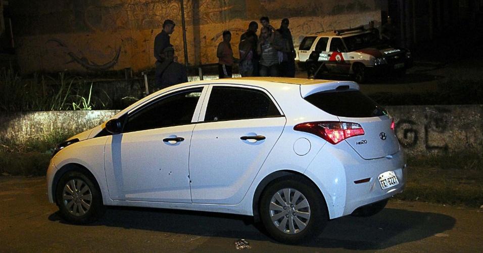 2.jan.2014 - Três suspeitos em carro roubado trocaram tiros com a Força Tática em perseguição na rua Luis de Brito Almeida no Itaim Paulista, na zona leste de São Paulo