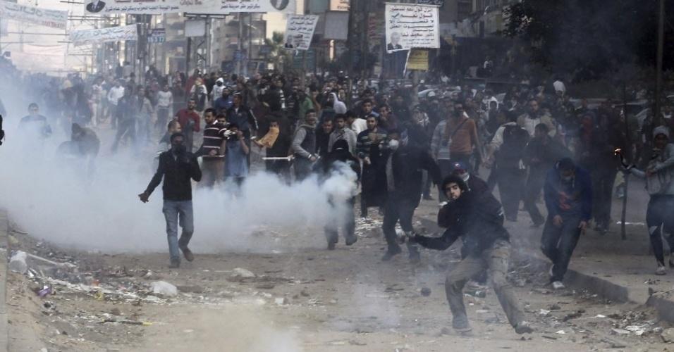 3.jan.2014 - Manifestantes islâmicos jogam pedras e outros objetos contra a polícia durante confrontos no Cairo, Egito. Pelo menos duas pessoas morreram e outras 13 ficaram feridas nesta sexta-feira (3) em confrontos entre manifestantes islamitas e a polícia em várias cidades do Egito, segundo fontes do Ministério da Saúde