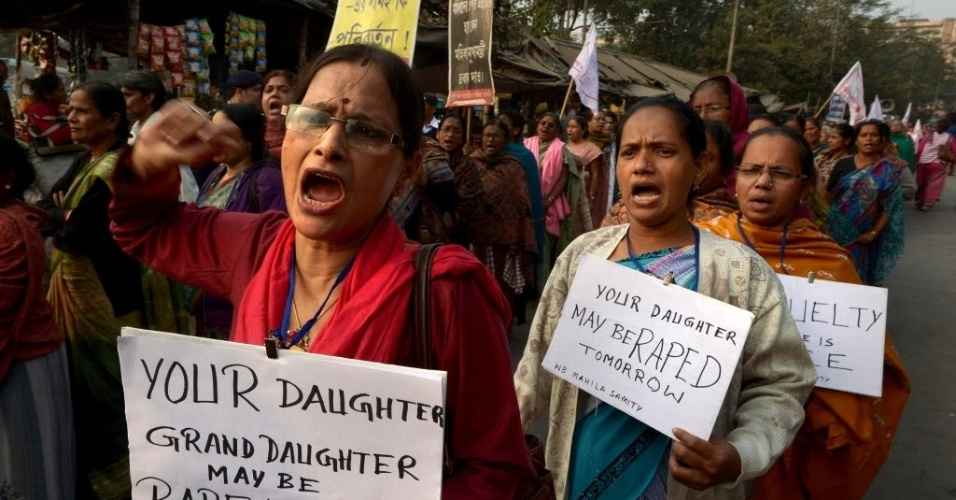 3.jan.2014 - Mulheres fazem protesto contra estupros, em Calcutá, Índia. Uma adolescente de 16 anos morreu no dia 31 de dezembro, depois de sofrer dois estupros coletivos e ser queimada viva
