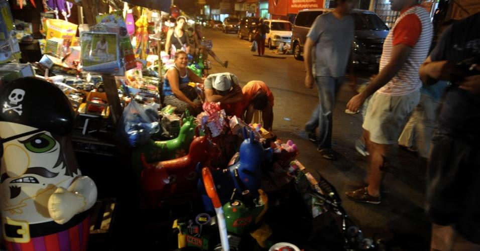 6.jan.2014 - Moradores compram brinquedos em mercado de Assunção neste domingo (5). Os brinquedos comprados devem ser dados como presente nesta segunda-feira (6), dia dos Reis Magos, celebrado em alguns países hispânicos