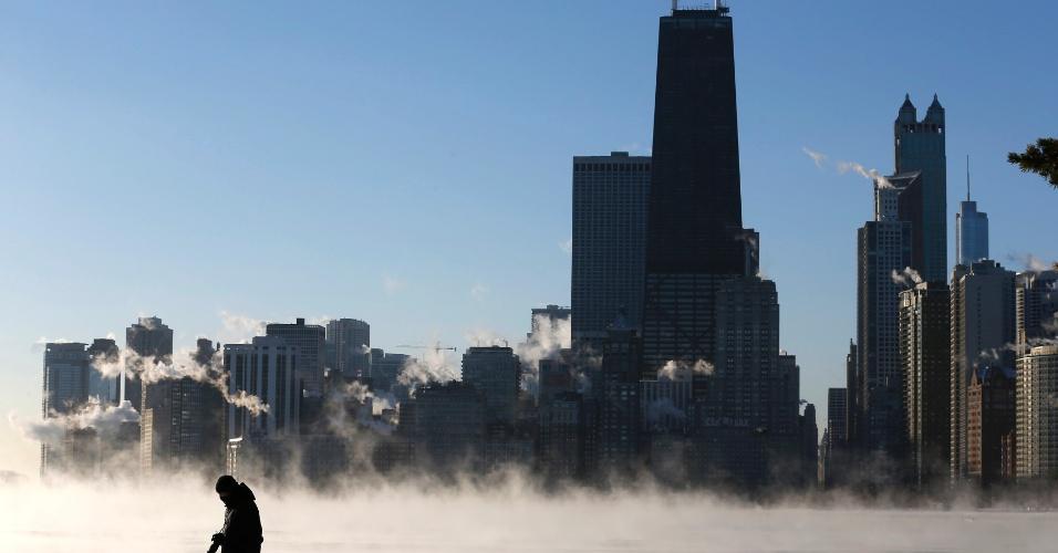 6.jan.2014 - A silhueta de um homem se destaca contra a névoa gelada que sobe do lago Michigan, em Chicago. A cidade registrou temperaturas de -18ºC em meio a pior onda de frio em duas décadas nos EUA, assim como St. Louis e Indianapolis