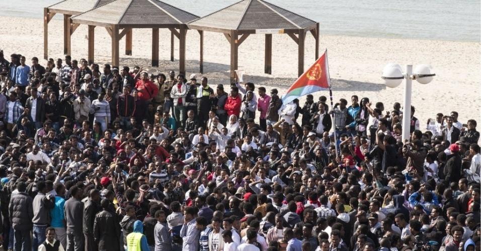 6.jan.2014 - Africanos que entraram ilegalmente em Israel pelo Egito protestam em frente a várias embaixadas ocidentais na cidade de Tel Aviv.  Os imigrantes reclamam da recusa de Israel em dar-lhes o status de refugiado