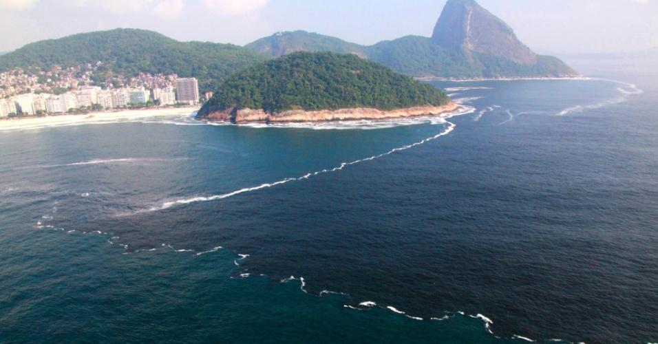 6.jan.2014 - Água escura sai da Baía de Guanabara em direção à zona sul do Rio de Janeiro