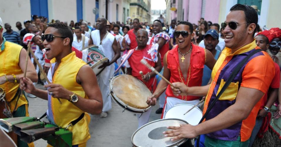 6.jan.2014 - Dezenas de pessoas participam nesta segunda-feira (6) do Cabildo del Día de Reyes, uma tradição de origem afrocubana que data de 1683, em Havana, Cuba