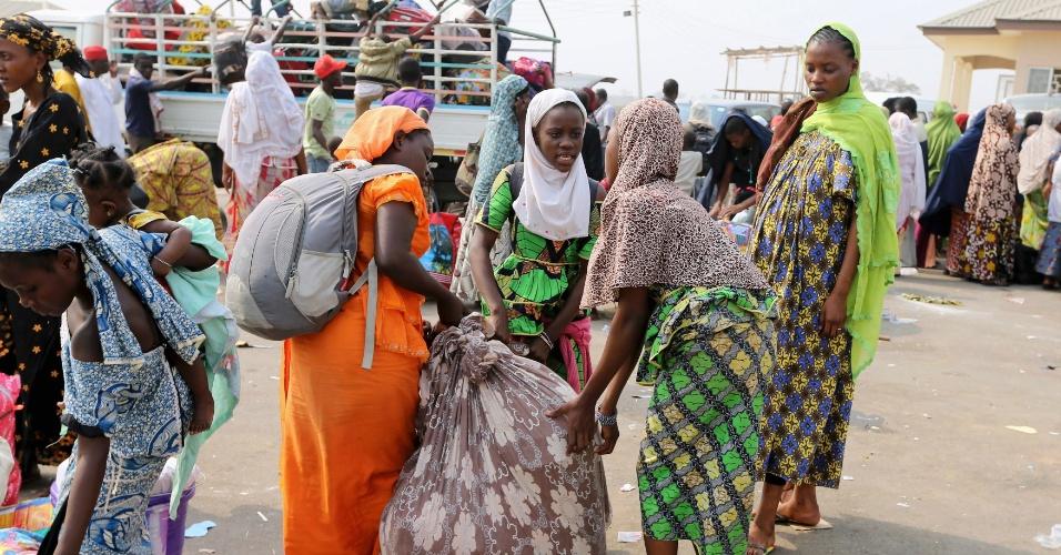6.jan.2014 - Nigerianos transportados por via aérea da República Centro Africana lotam caminhões com os seus pertences enquanto se preparam para viajar para seus estados por toda Nigéria, no aeroporto internacional de Nnamdi Azikiwe, em Abuja, nesta segunda-feira (6). O governo transportou mais de mil nigerianos de Bangui, na República Centro Africana, de volta para o país, de acordo com a National Emergency Management Agency, devido à violência sectária que assola o país