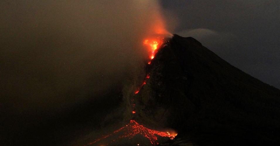 6.jan.2014 - O vulcão Sinabung, na Indonésia, expele cinzas e lava, visto da vila no distrito de Karo Erajaya, na manhã desta segunda-feira (6). Cerca de 20.000 moradores foram evacuados depois que as autoridades elevaram o estado de alerta do Sinabung para o nível mais alto, em novembro de 2013