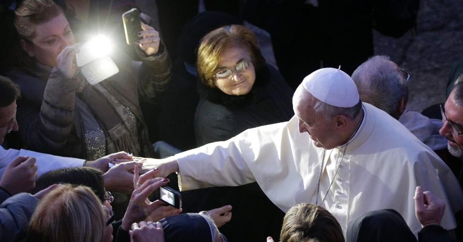 6.jan.2014 - Papa Francisco cumprimenta fiéis durante a sua chegada à Igreja de Santo Alfonso Maria dei Liguori, nos arredores de Roma, nesta segunda-feira (6)