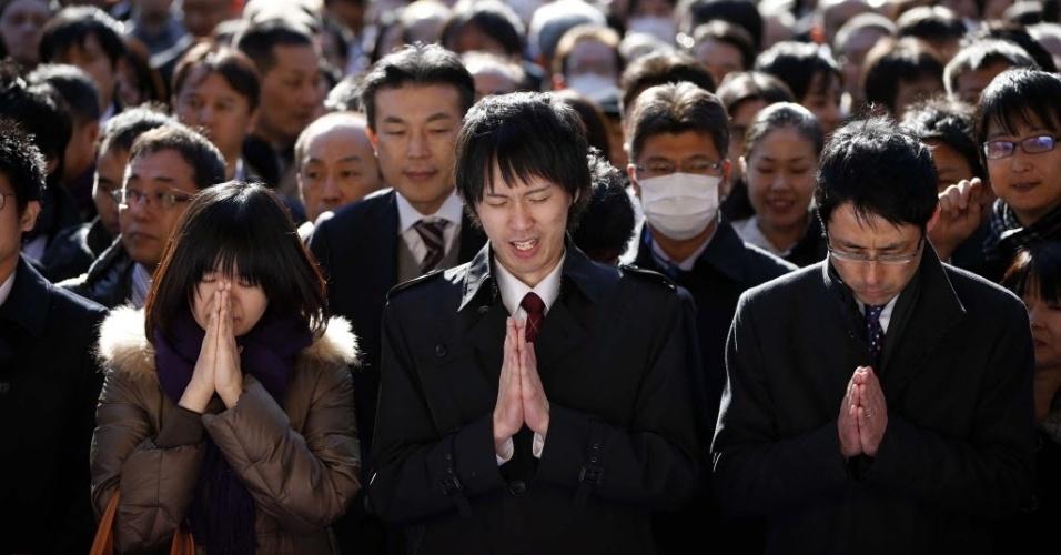 6.jan.2014 -  Pessoas fazem orações no início do novo ano de negócios no santuário de Kanda Myojin em Tóquio, Japão. Cerca de 3.000 representantes de empresas visitam o santuário durante os primeiros dias do ano para buscar prosperidade nos negócios