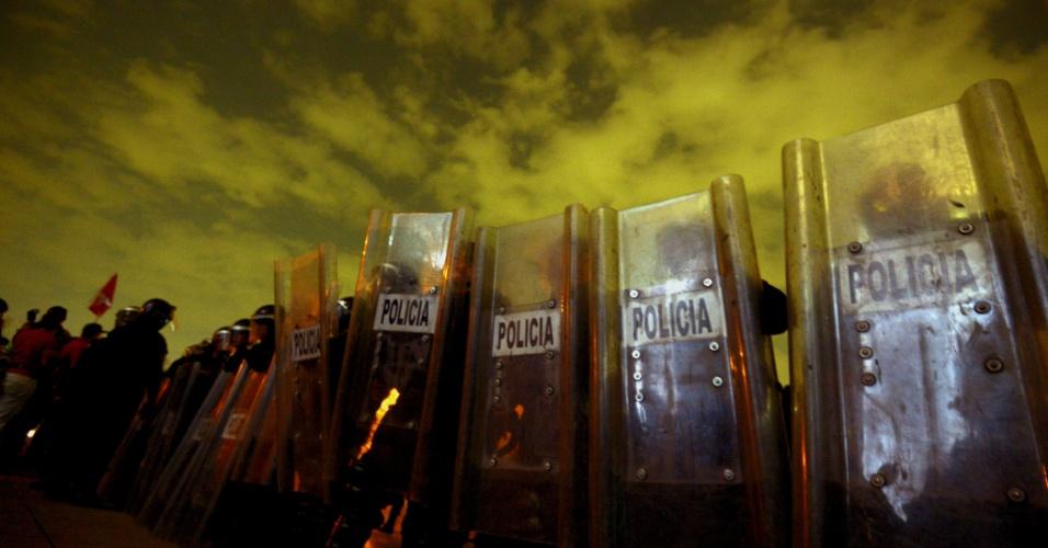 """6.jan.2014 - Policiais mexicanos bloqueiam a praça do """"Monumento a la Revolución"""", na Cidade do México, depois de removerem um acampamento de professores que protestavam contra reforma da educação, na madrugada desta segunda-feira (6). Os professores dizem que as novas regras irão violar os seus direitos trabalhistas"""