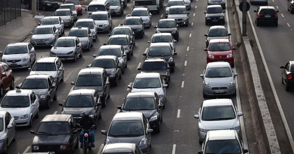 6.jan.2014 - Trânsito intenso na avenida dos Bandeirantes, em direção a marginal Pinheiros, próximo ao aeroporto de Congonhas, zona sul de São Paulo, na manhã desta segunda-feira (6)