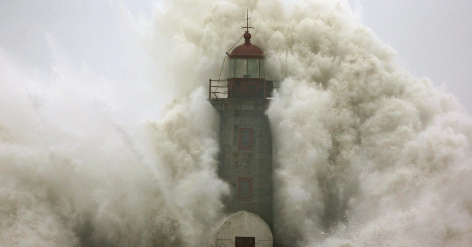 6.jan.2014 - Uma onda gigante quebra no farol de Douro, em Porto, Portugal, nesta segunda-feira (6). As ondas gigantes deixaram ao menos quatro feridos e arrastaram alguns veículos na localidade portuguesa