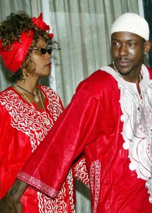 A cantora americana Whitney Houston e seu então marido, Bobby Brown, em Jerusalém, em maio de 2003