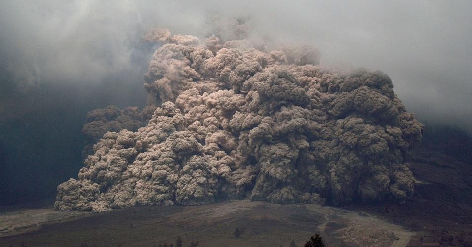 7.jan.2014 - O vulcão Monte Sinabung expele cinzas durante erupção vista a partir da vila de Karo, no norte da Sumatra, na Indonésia. Uma série de erupções no último sábado (4) levou à evacuação de mais de 20 mil pessoas das proximidades do vulcão