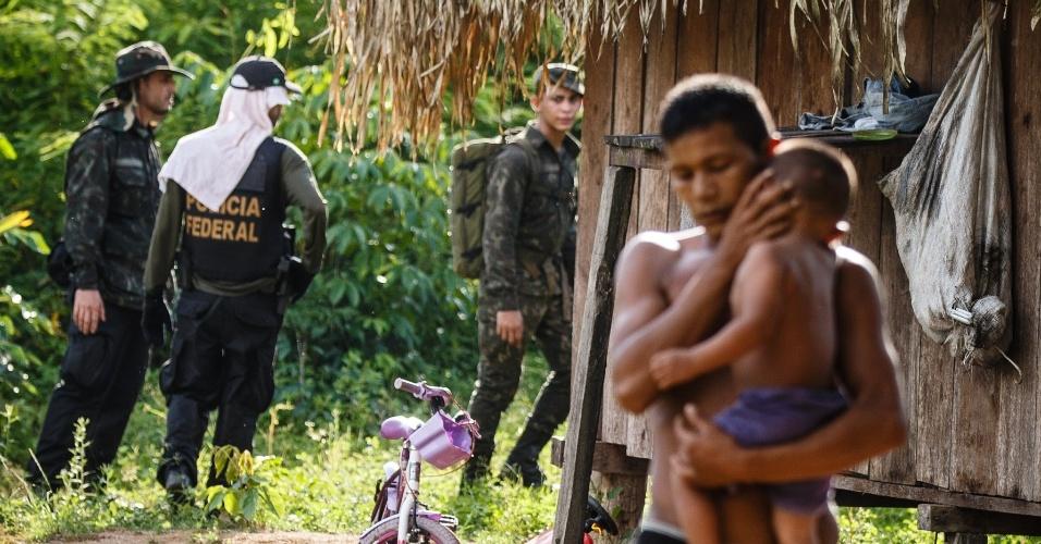 2.jan.2014 - Policiais Federais, da Força Nacional e soldados do Exército fazem buscas para localizar três pessoas desaparecidas, na aldeia dos índios tenharim, a 130 km da aldeia dos índios tenharim, na região sul do Amazonas. Moradores da cidade de Humaita se rebelaram contra indigenas após o desaparecimento das três pessoas. Há um boato que os índios mataram as três pessoas em represália a morte do cacique Ivan Tenharim