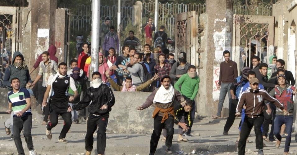 8.jan.2014 - Estudantes da universidade de Al-Azhar, que são partidários da Irmandade Muçulmana e presidente egípcio deposto, Mohamed Mursi, entram em confronto com a polícia no campus da instituição, no distrito Nasr City, no Cairo, Egito. O julgamento de Mursi sob a acusação de incitar o assassinato de manifestantes foi adiado para o dia 1º de fevereiro. Autoridades informaram que as condições meteorológicas impediram a transferência dele ao tribunal
