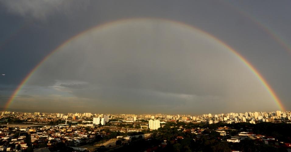 9.jan.2014 - Depois do temporal que causou pontos de alagamento em São Paulo (SP) no fim da tarde desta quinta-feira (9), um arco-íris foi visto na zona oeste da cidade. A cidade está tendo o início de janeiro mais quente dos últimos dez anos, segundo o Inmet (Instituto Nacional de Meteorologia)