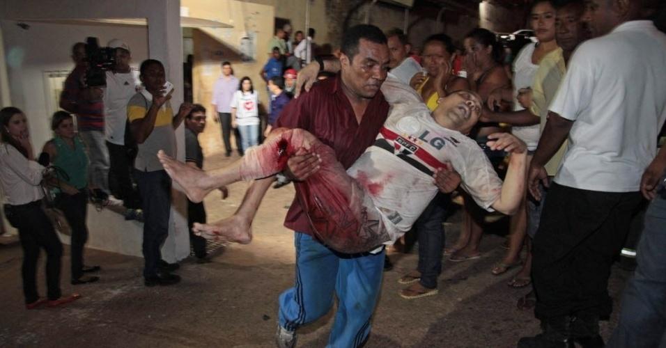 9.jan.2014 - Preso do Complexo Penitenciário de Pedrinhas, em São Luís, no Maranhão, é levado para receber atendimento médico depois de ter sido ferido durante uma briga entre gangues rivais dentro do presídio