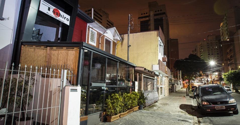 10.jan.2014 - Restaurante japonês na zona oeste de São Paulo fica fechado após ser alvo de arrastão na noite desta quinta-feira (9). A ação durou cerca de três minutos, segundo a PM. Por volta das 23h, dois homens invadiram o restaurante e recolheram celulares, relógios e dinheiro dos clientes, além de R$ 150 do caixa do restaurante