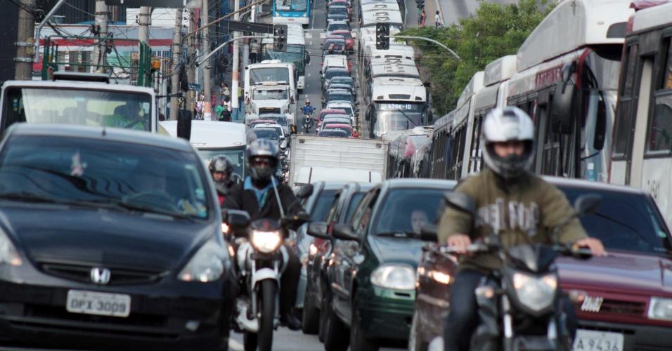 10.jan.2014 - Trânsito intenso na estrada do M'Boi Mirim, zona sul de São Paulo, sentido centro, após protestos na manhã desta sexta-feira (10). Participantes da ocupação de sem-teto Nova Palestina, na região do Jardim Ângela realizaram um protesto por moradia que foi encerrado por volta 9h20