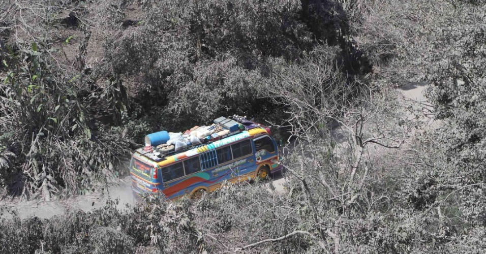 Ônibus passa por área atingida pelas cinzas do vulcão localizado no monte Sinabung, na ilha de Sumatra, Indonésia. Milhares de pessoas foram abrigadas por meses em mesquitas, igrejas e prédios do governo. O vulcão esteve adormecido por 400 anos antes de entrar em erupção em agosto de 2010, deixando mais de 30 mil pessoas desabrigadas