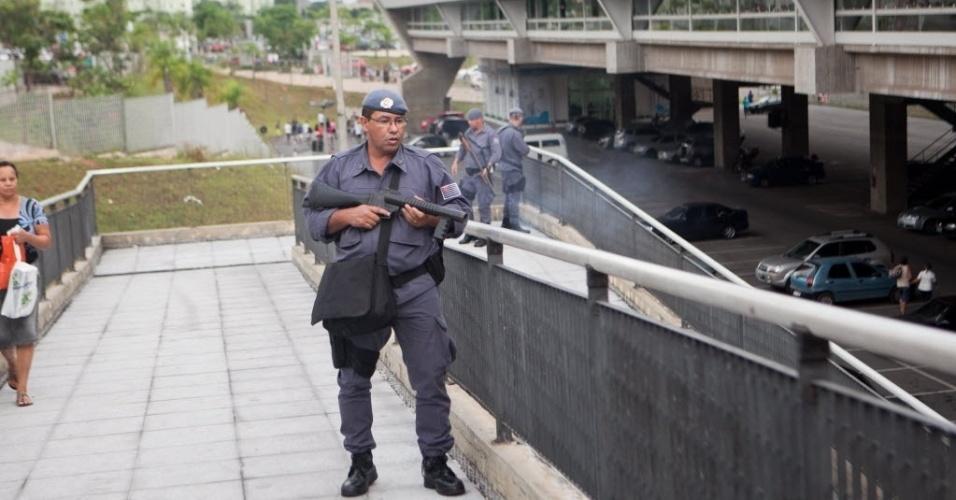 """11.jan.2014 - A Polícia Militar usou bombas de gás lacrimogêneo e efeito moral, além de balas de borracha, contra um grupo de jovens que participava de um encontro conhecido como """"rolezinho"""" em São Paulo. O confronto ocorreu no início da noite deste sábado (11), em frente ao shopping Itaquera, na zona leste da cidade"""