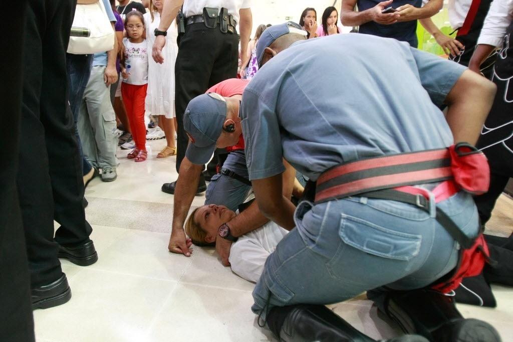 11.jan.2014 -Uma mulher desmaiou em meio ao confronto entre policiais e um grupo de jovens que participava de um encontro conhecido como