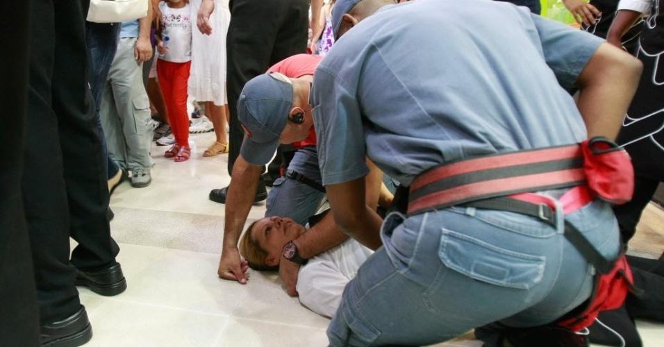 """11.jan.2014 -Uma mulher desmaiou em meio ao confronto entre policiais e um grupo de jovens que participava de um encontro conhecido como """"rolezinho"""" em São Paulo. O confronto ocorreu no início da noite deste sábado (11), em frente ao shopping Itaquera, na zona leste da cidade"""