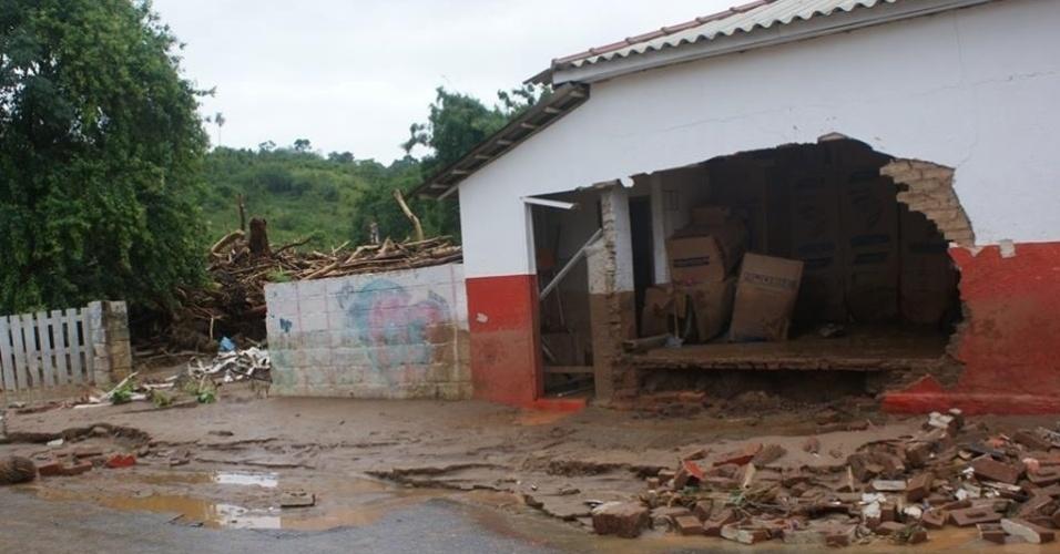 13.jan.2014 - Ao menos oito pessoas morreram e outras 12 estão desaparecidas após a inundação que destruiu parcialmente a cidade de Itaóca, no Vale do Ribeira (sul do Estado de São Paulo), no último domingo (12). O município, que tem 3.200 habitantes, teve pontes e outras ligações viárias destruídas pelas cheias, e cerca de 100 casas foram afetadas