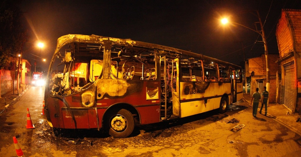 13.jan.2014 - Um ônibus foi queimado por bandidos na madrugada desta segunda-feira (13) na região do Capão Redondo, zona sul de São Paulo. Cinco ônibus foram incendiados em pouco mais de 24 horas entre a noite de sábado (11) e o começo da madrugada desta segunda-feira (13) na capital paulista
