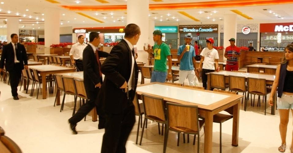 """14.dez.2013 - Seguranças abordam jovens que entraram cantando funk na praça de alimentação do shopping Internacional Guarulhos (Grande SP). O """"rolezinho"""", encontro marcado via redes sociais, terminou em tumulto e com mais de 20 detidos"""