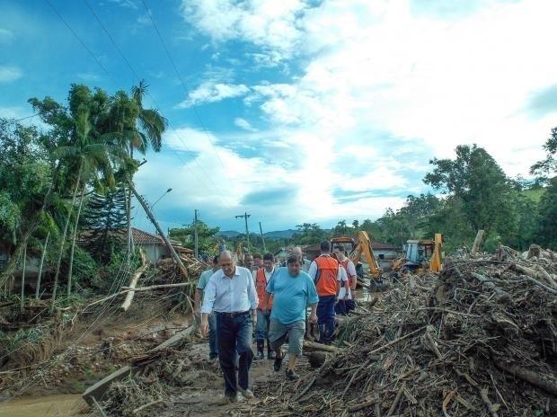 13.jan.2013 - O governador Geraldo Alckmin acompanha os trabalhos da Defesa Civil e do Corpo de Bombeiros em Itaoca. Uma forte chuva arrasou áreas do município do Vale do Ribeira. O tucano prometeu que o governo estadual ajudará na reconstrução da cidade