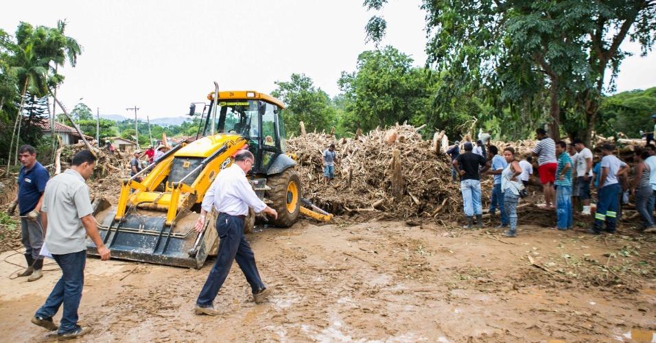 14.jan.2013 - O governador de São Paulo, Geraldo Alckmin, acompanhou os trabalhos da Defesa Civil e do Corpo de Bombeiros em Itaoca, no Vale da Ribeira, no sudoeste do Estado, atingido por fortes chuvas no último domingo (12). O chefe do Executivo estadual prometeu que o governo ajudará na reconstrução da cidade.  Ao menos 12 pessoas morreram por causa do temporal