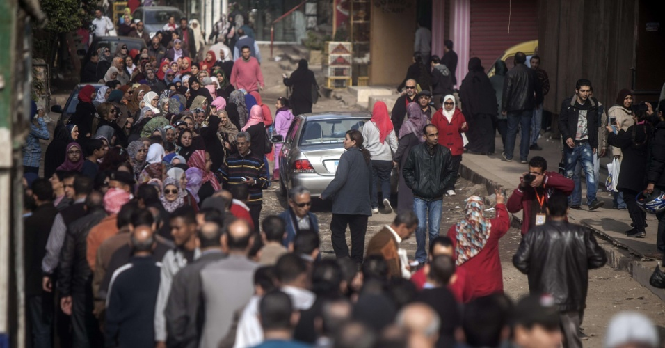 14.jan.2014 - Egípcios fazem fila para votar em referendo sobre a nova Constituição do país, proposta pelos militares que tomaram o poder após a deposição de Mohammed Mursi, da Irmandade Muçulmana. Espera-se que 52 milhões de egípcios participem do referendo