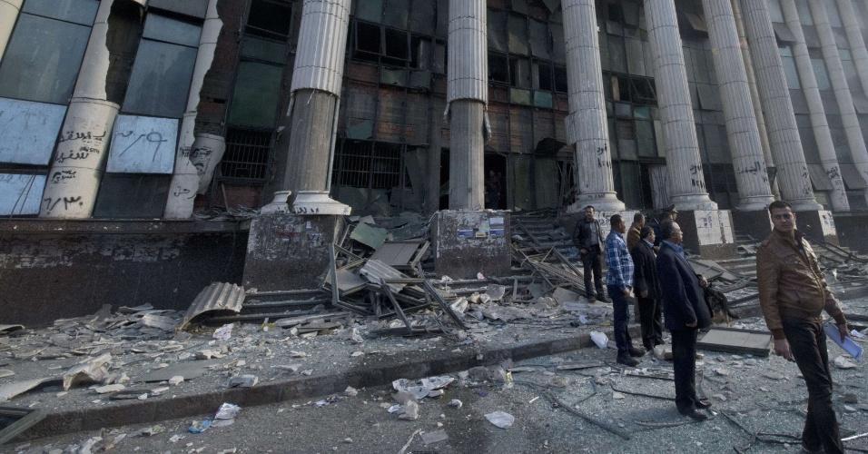 14.jan.2014 - Explosão em frente a um tribunal no Cairo chamou a atenção de milhares de pessoas no primeiro dia de votação do referendo da nova Constituição do país. O clima no Egito é tenso desde a deposição do ex-presidente Mohammed Mursi, da Irmandade Muçulmana, em julho de 2012
