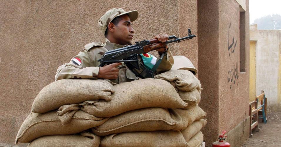 14.jan.2014 - Um forte esquema de segurança foi montado em todo o Egito durante o referendo da nova Constituição do país. O clima no Egito é tenso desde a deposição do ex-presidente Mohamed Mursi, da Irmandade Muçulmana,em julho de 2012
