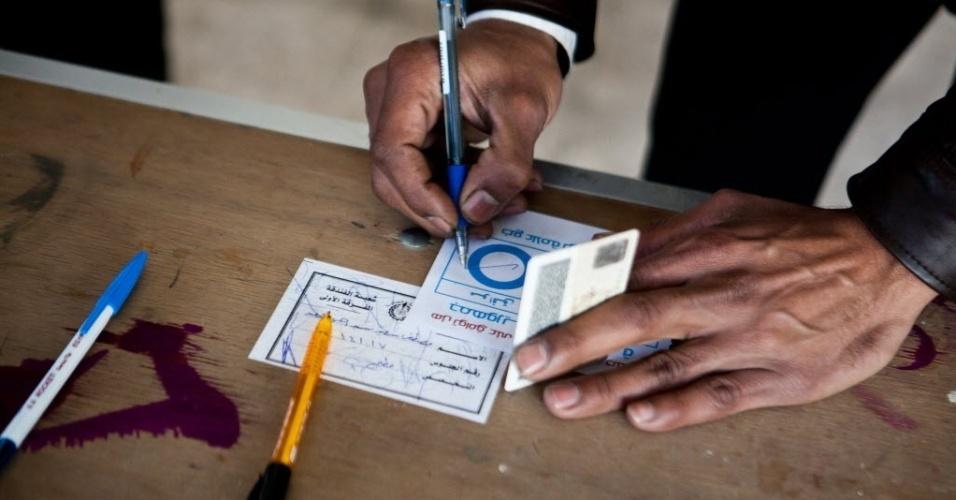 15.jan.2014 - Egípcio registra seu voto em uma seção eleitoral durante o segundo dia de votação para a nova Constituição, nesta quarta-feira (15), no distrito de Nasr City, no Cairo. No referendo convertido em plebiscito pelo general Abdel Fatah al-Sissi, chefe do Exército, os eleitores podem aprovar a nova Constituição - apesar do boicote dos islamitas partidários do ex-presidente Mohamed Mursi -, que substituirá a redigida durante a presidência de Mursi, que obteve 64% de votos favoráveis