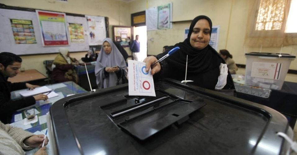 15.jan.2014 - Mulher vota em um referendo sobre a nova Constituição do Egito, no Cairo. A nova Constituição irá substituir aquela rascunhada em 2012 pela Irmandade Muçulmana, durante a Presidência do islamita Mohammed Mursi. Com sua deposição, em julho de 2013, o texto foi suspenso pelo governo interino, apoiado pelo Exército