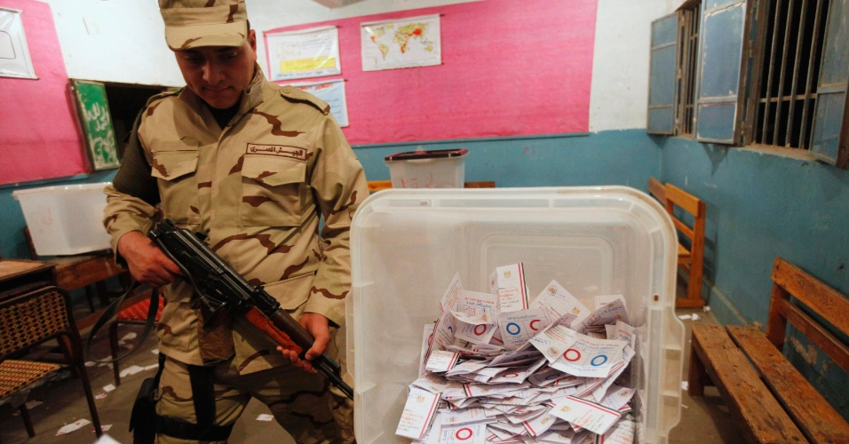 15.jan.2014 - Soldado egípcio garante a segurança durante a contagem de votos em posto de votação no Cairo, após encerramento do referendo da nova Constituição do Egito