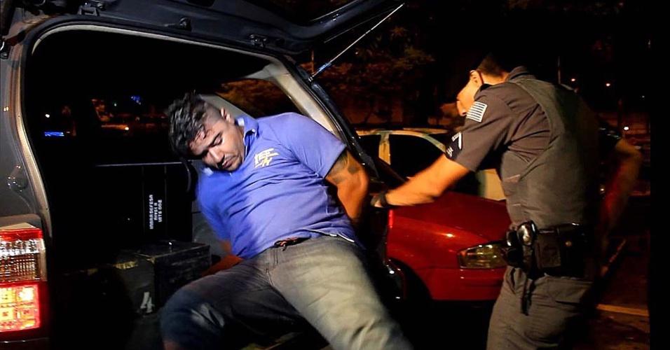 15.jan.2014 - Policiais das Rota (Rondas Ostensivas Tobias de Aguiar) prenderam homem suspeito de fazer parte da facção criminosa PCC (Primeiro Comando da Capital), no bairro Parque Casa de Pedra, zona norte de São Paulo