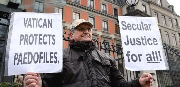 Homem protesta contra o Vaticano em frente à sede do escritório da ONU na Suíça, em janeiro deste ano