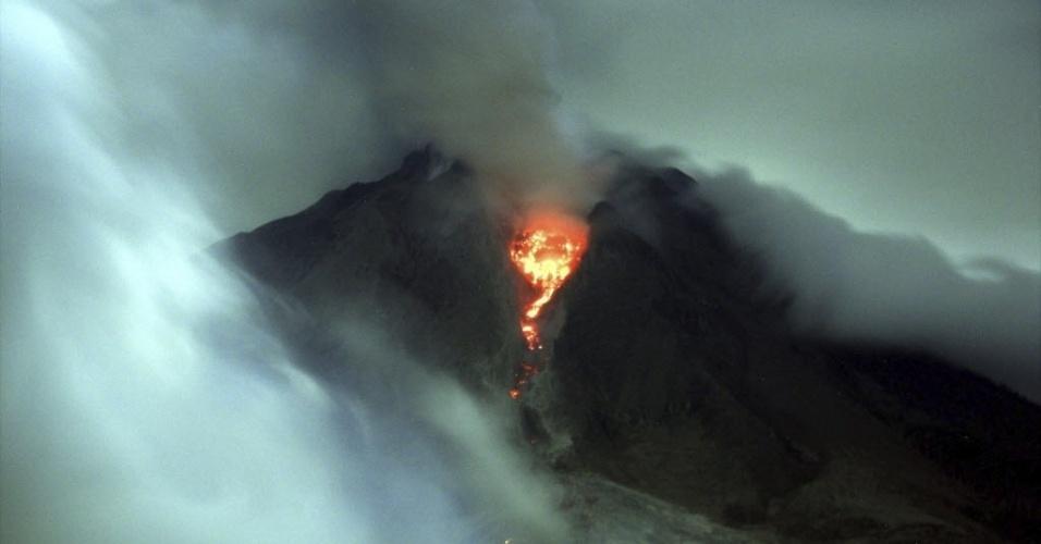 16.jan.2014 - O vulcão Monte Sinabung expele lava e cinzas, visto a partir da vila de Karo, na Indonésia. O vulcão, que entrou em erupção em agosto de 2010 pela primeira vez em 400 anos, está ativo desde setembro passado