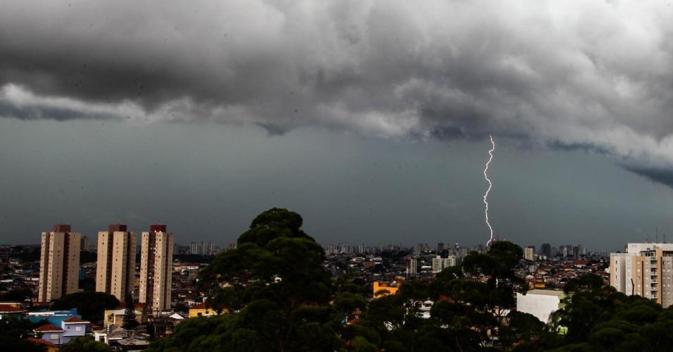 17.jan.2014 - Raio cai em bairro da zona norte de São Paulo, nesta nesta sexta-feira (17). A chuva que atinge a cidade de São Paulo neste começo de tarde fez com que o CGE (Centro de Gerenciamento de Emergências) decretasse estado de atenção para 23 bairros