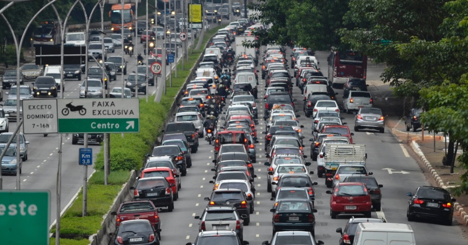 17.jan.2014 - Trânsito bastante complicado na avenida 23 de Maio, sentido centro, na altura do Parque do Ibirapuera, na zona sul de São Paulo, no final da tarde desta sexta-feira (17)