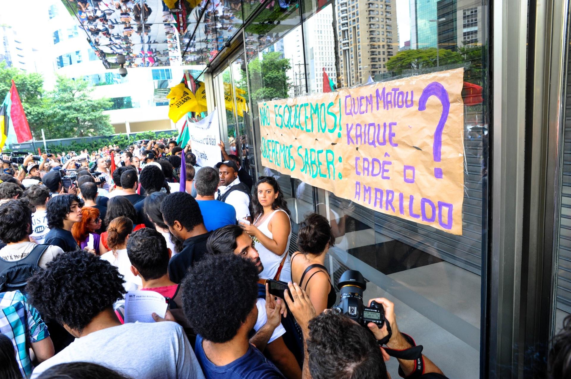 18.jan.2014 - Integrantes de movimentos sociais protestam em frente ao Shopping JK Iguatemi, no Itaim Bibi, na zona oeste de São Paulo, neste sábado (18), em evento intitulado