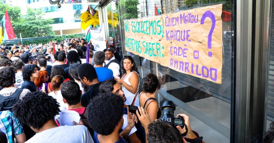 """18.jan.2014 - Integrantes de movimentos sociais protestam em frente ao Shopping JK Iguatemi, no Itaim Bibi, na zona oeste de São Paulo, neste sábado (18), em evento intitulado """"Rolé contra o racismo"""". O Shopping fechou as portas durante o protesto. Segundo a administração do shopping, ele será reaberto apenas no domingo (19)"""