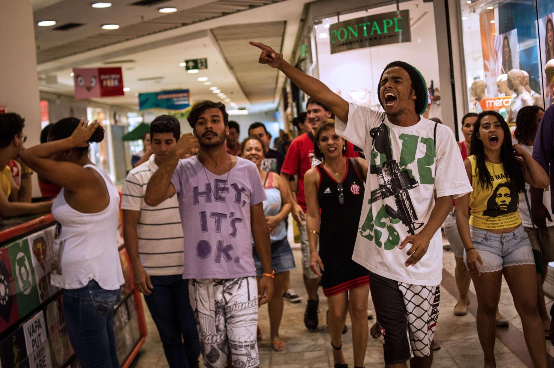 18.jan.2014 - Jovens se reuniram neste sábado no Plaza shopping para um