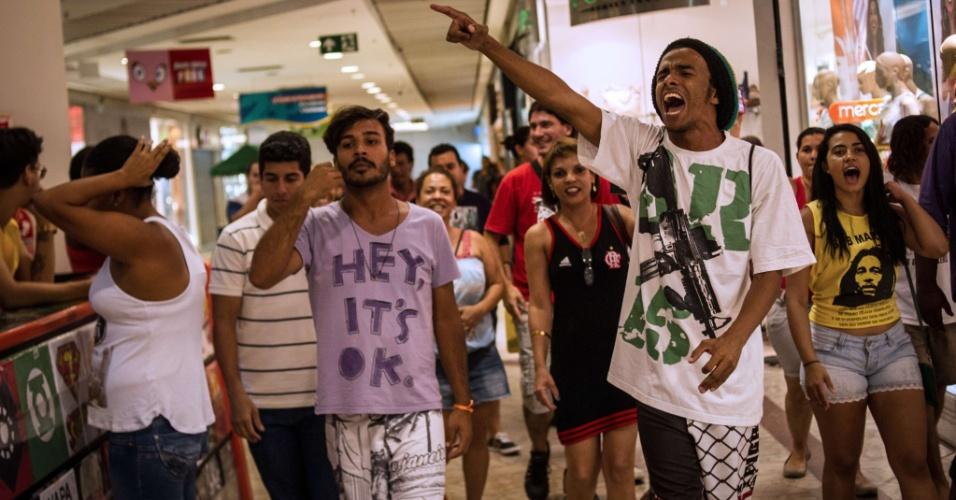 """18.jan.2014 - Jovens se reuniram neste sábado no Plaza shopping para um """"rolezinho"""", em Niterói, no Rio de Janeiro. O ato, marcado pelo tom político, começou com 40 minutos de atraso e durou pouco mais de uma hora. Os manifestantes não foram impedidos de entrar no shopping, mas foram seguidos o tempo todo por cerca de 20 seguranças, alguns deles à paisana"""