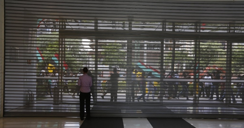 """18.jan.2014 - Movimento de clientes e funcionários no momento em que os portoes do shopping JK, foi fechado devido à concentração de manifestantes no lado de fora do shopping. Está marcada para este sábado (18) uma manifestação a favor dos rolezinhos, o """"Rolé contra o racismo"""""""