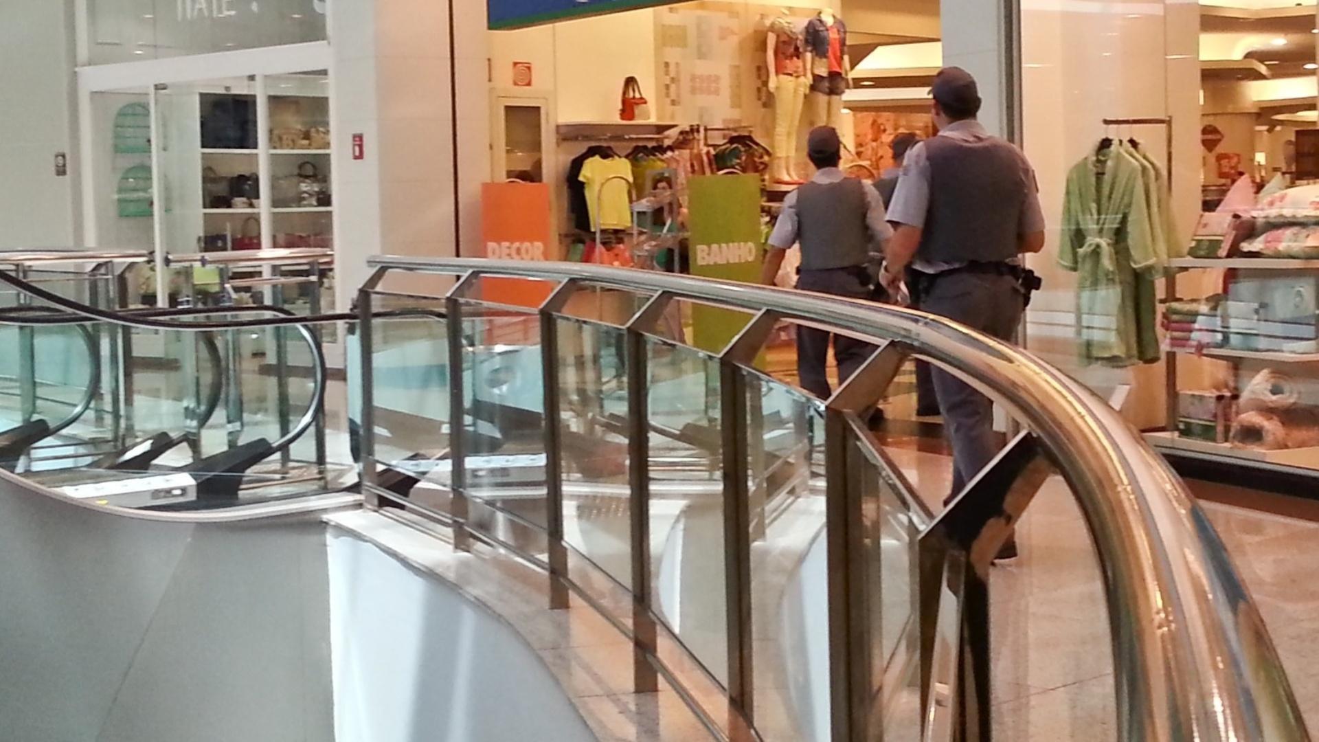 18.jan.2014 - Policiais militares caminham dentro do shopping Santa Úrsula, em Ribeirão Preto, no interior de São Paulo, neste sábado (18). Empreendimento reforçou a segurança depois que jovens marcaram um